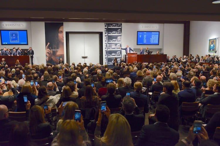 Un tableau du peintre italien Léonard de Vinci a été adjugé 450,3 millions de dollars lors d'enchères chez Christie's à New York en 2017, le smartphone capte l'événement.