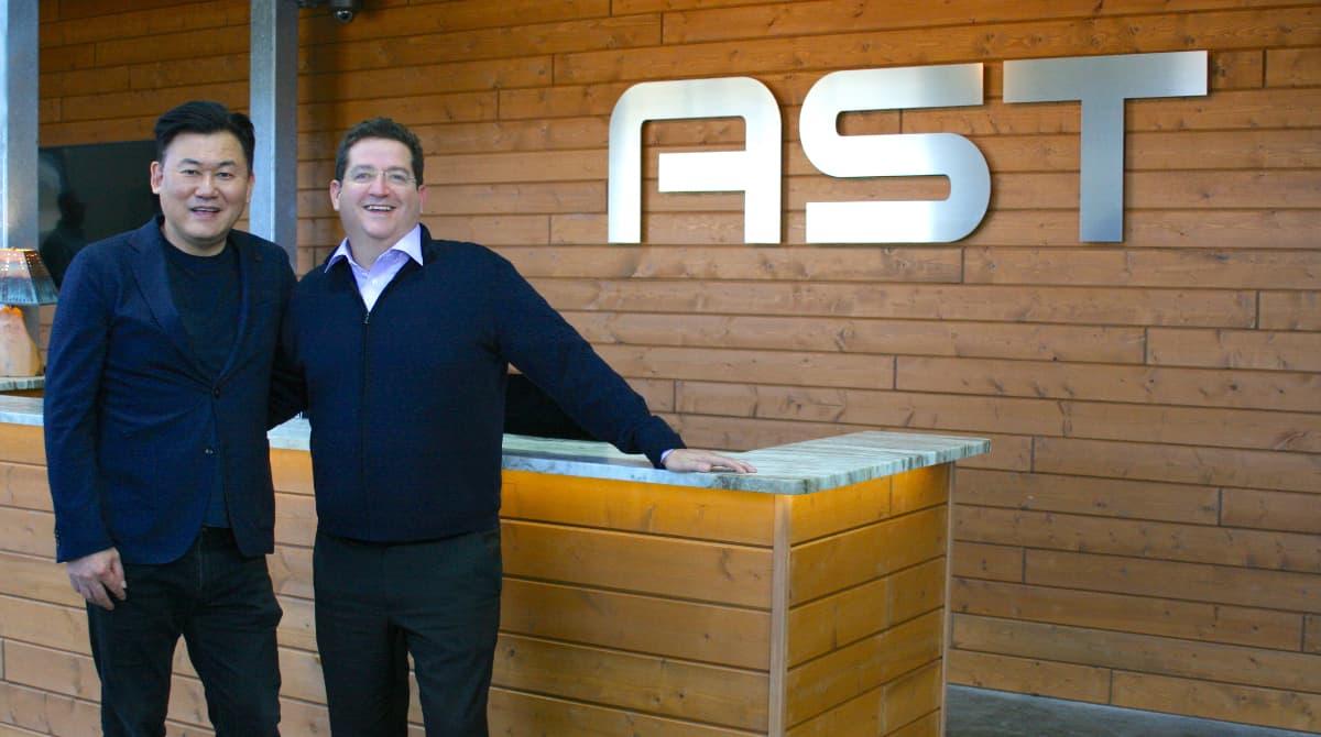 Le PDG de Rakuten, Mickey Mikitani, et Abel Avellan, le président-directeur général d'AST & Science se rencontrent à Midland